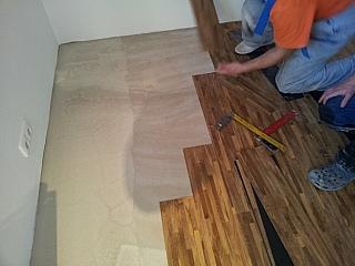 Pokládka vinylových podlah lepením